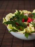 Bocadillo con el jamón, verdes, tomates, pan con los granos en el wo Foto de archivo libre de regalías