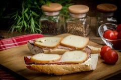 Bocadillo con el jam?n y el queso ahumado fotos de archivo libres de regalías