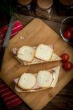 Bocadillo con el jam?n y el queso ahumado fotografía de archivo