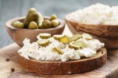 Bocadillo con el pan de centeno, queso cremoso y Foto de archivo