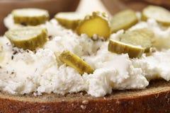 Bocadillo con el pan de centeno, queso cremoso y Imagen de archivo
