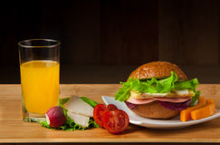 Bocadillo con el pollo, el queso y la ensalada Foto de archivo