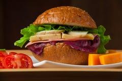 Bocadillo con el pollo, el queso y la ensalada Foto de archivo libre de regalías