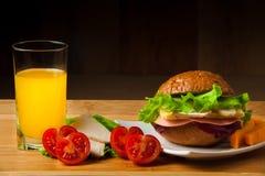 Bocadillo con el pollo, el queso y la ensalada Imagen de archivo libre de regalías