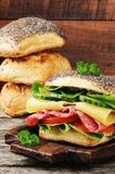 Bocadillo con el salami y el queso Imagenes de archivo