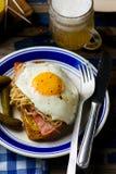Bocadillo con la chucrut, el jamón y los huevos fritos Fotografía de archivo libre de regalías