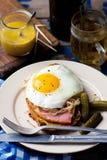 Bocadillo con la chucrut, el jamón y los huevos fritos Imágenes de archivo libres de regalías