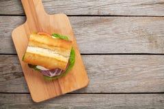 Bocadillo con la ensalada, el jamón, el queso y tomates Imagen de archivo