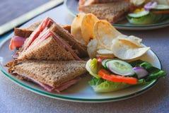 Bocadillo con la ensalada fresca de las verduras frescas, del queso y del jamón Imagen de archivo libre de regalías