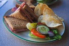 Bocadillo con la ensalada fresca de las verduras frescas, del queso y del jamón Fotos de archivo