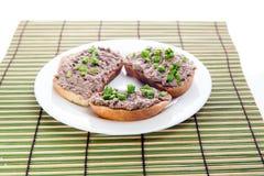 Bocadillo con la extensión de queso del hígado y las cebollas verdes tajadas Foto de archivo libre de regalías