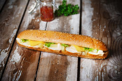 Bocadillo con la piña y el queso del pollo Fotografía de archivo libre de regalías
