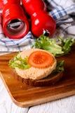Bocadillo con la salchicha vegetariana cortada Fotos de archivo libres de regalías