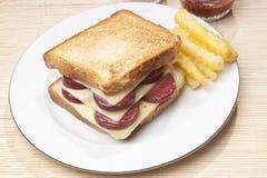 Bocadillo con la salchicha y el queso Fotografía de archivo libre de regalías