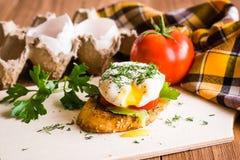 Bocadillo con las cáscaras del huevo escalfado, del tomate y de huevo Fotografía de archivo libre de regalías