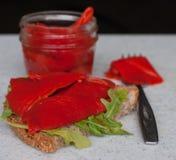 Bocadillo con las hojas asadas de la pimienta roja y del Arugula Imagenes de archivo