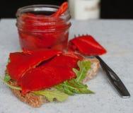 Bocadillo con las hojas asadas de la pimienta roja y del Arugula Foto de archivo libre de regalías