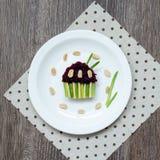 Bocadillo con las remolachas, los ciruelos secados, el queso, las cebollas verdes y los cacahuetes salados en tostada bajo la for Imagenes de archivo
