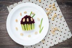 Bocadillo con las remolachas, los ciruelos secados, el queso, las cebollas verdes y los cacahuetes salados en tostada bajo la for Imagen de archivo