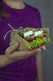 Bocadillo con las verduras a mano Fotos de archivo libres de regalías