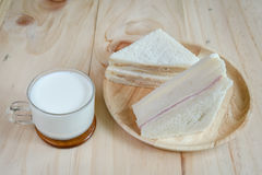 Bocadillo con leche en el fondo de madera Foto de archivo