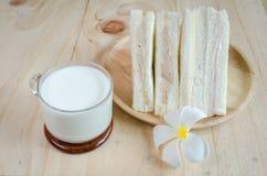 Bocadillo con leche en el fondo de madera Imágenes de archivo libres de regalías