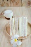 Bocadillo con leche en el fondo de madera Imagen de archivo