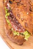 Bocadillo con lechuga del queso del jamón en el tablero de madera con el espacio de la copia Imagenes de archivo