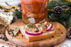 Bocadillo con los arenques salados, la mantequilla y la cebolla roja fotos de archivo libres de regalías