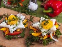 Bocadillo con los huevos revueltos, las verduras y las hierbas Imagenes de archivo