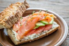 Bocadillo con los salmones, el aguacate y los tomates Foto de archivo libre de regalías