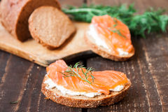Bocadillo con los salmones y el queso cremoso Imágenes de archivo libres de regalías