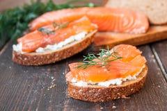 Bocadillo con los salmones y el queso cremoso Foto de archivo