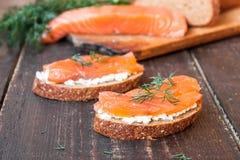 Bocadillo con los salmones y el queso cremoso Imagen de archivo libre de regalías