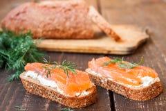 Bocadillo con los salmones y el queso cremoso Fotografía de archivo libre de regalías