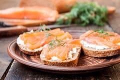 Bocadillo con los salmones y el queso cremoso Imagenes de archivo