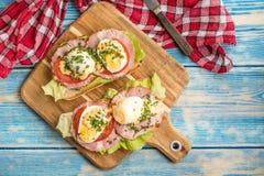 Bocadillo con los tomates, los huevos y la lechuga imagen de archivo libre de regalías
