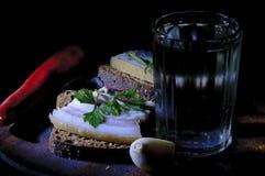 Bocadillo con manteca de cerdo y el vidrio salados de vodka Fotografía de archivo libre de regalías