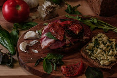 bocadillo con pesto, los tomates secados al sol, la albahaca, el arugula y la carne de vaca ahumada Fotos de archivo
