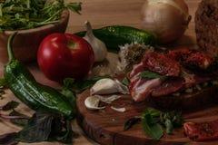 bocadillo con pesto, los tomates secados al sol, la albahaca, el arugula y la carne de vaca ahumada Fotografía de archivo
