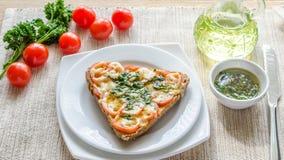Bocadillo con queso y tomates derretidos Imagen de archivo