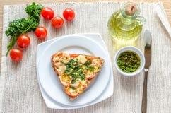 Bocadillo con queso y tomates derretidos Fotos de archivo