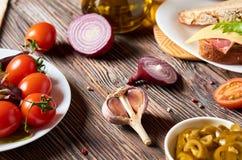 Bocadillo con tocino, queso, ajo, pimienta del jalapeno e hierbas en una placa imagen de archivo