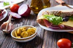 Bocadillo con tocino, queso, ajo, pimienta del jalapeno e hierbas en una placa foto de archivo libre de regalías