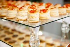Bocadillo con vista lateral del caviar rojo Imágenes de archivo libres de regalías