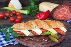 Bocadillo cortado del salami y del queso Fotografía de archivo libre de regalías