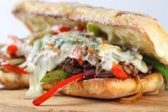 Bocadillo de filete sabroso de carne de vaca con las cebollas, la seta y el queso derretido del provolone Foto de archivo libre de regalías