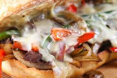Bocadillo de filete sabroso de carne de vaca con las cebollas, la seta y el queso derretido del provolone Fotos de archivo