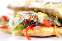 Bocadillo de filete sabroso de carne de vaca con las cebollas, la seta y el queso derretido del provolone Imágenes de archivo libres de regalías