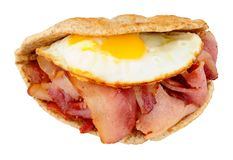 Bocadillo de Fried Egg And Bacon Flatbread foto de archivo